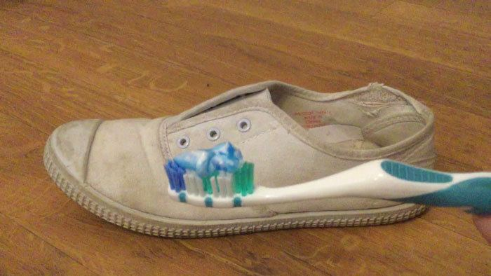 Clean-White-Shoes-With-a-Toothpaste