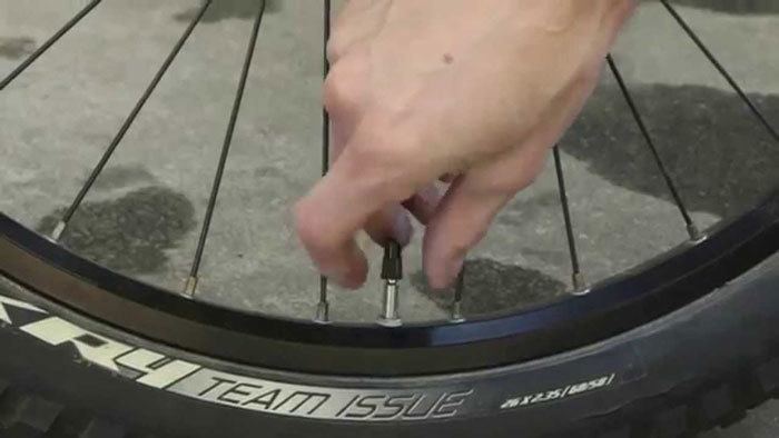 How-to-Pump-Up-a-Bicycle-Tire-With-a-Presta-Valve